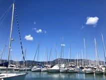 从小游艇船坞的高度的看法有很多游艇和小船的 库存照片
