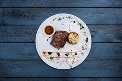 从小牛肉的牛排胡椒与烤菜 库存照片