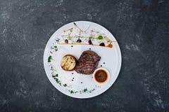 从小牛肉的牛排胡椒与烤菜 库存图片