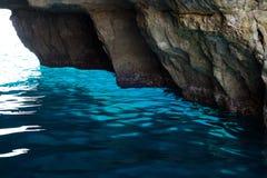 从小船旅行看见的蓝色洞穴 马耳他 免版税图库摄影