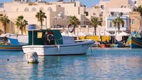 从小船游人向海滨城市,游艇,海,小船的看法 瓦莱塔普通的生活,马耳他 晴朗的日 股票视频