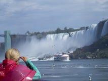 从小船的旅游赞赏的尼亚加拉瀑布 免版税库存图片