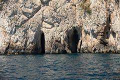 从小船的看法在卡普里岛海岛峭壁海岸, 库存照片