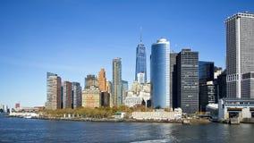 从小船的纽约地平线向史泰登岛 免版税图库摄影