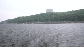 从小船slowmo雨的基辅乌克兰在河 股票视频