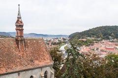 从尖沙咀钟楼的看法到老城市 Sighisoara市在罗马尼亚 免版税库存图片