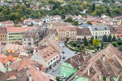 从尖沙咀钟楼的看法到老城市 Sighisoara市在罗马尼亚 免版税库存照片