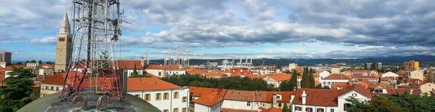 从屋顶的全景有在顶面传送的流动信号的多孔的网络天线塔的在老城市镇科佩尔, 免版税库存照片
