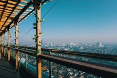 从屋顶的都市风景和地平线视图 库存图片