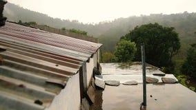 从屋顶的雨下落 影视素材