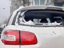 从屋顶的雪在汽车落 免版税库存照片