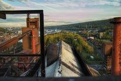 从屋顶采取的被放弃的工厂厂房 免版税库存图片