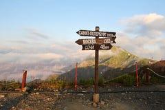 从山和milepost distanc的顶端山景 库存图片