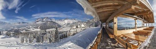 从山小屋的看法在对Tennen mountai的skiresort Werfenweng 免版税图库摄影