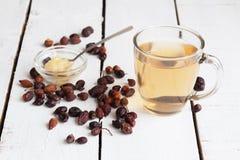 从山楂树和干浆果的茶 免版税库存图片