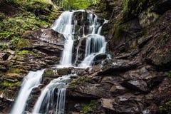 从山沟的瀑布 库存照片