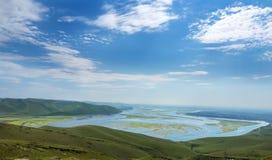 从山的一个美妙的看法到与小海岛的海湾 旅游地方在俄罗斯 免版税库存照片