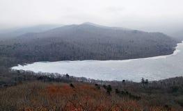 从山的令人敬畏的冻结的湖视图 库存照片