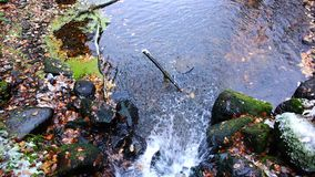 从山的倾斜落水,溢出在湖 影视素材