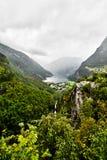 从山的山顶在Geiranger附近和海湾的看法有深刻的深渊的 免版税库存照片