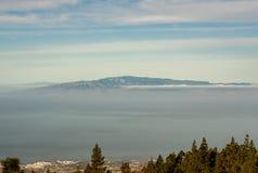 从山的引起轰动的看法到邻居海岛在海 免版税图库摄影
