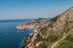 从山的看法到杜布罗夫尼克镇在克罗地亚 免版税库存图片