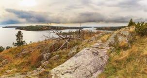 从山的视图在秋天湖 图库摄影