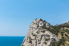 从山的遥远的看法向蓝色海 免版税库存图片