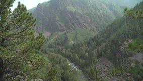 从山的顶端看法对河的迅速流程 股票视频