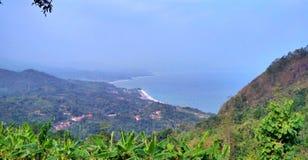 从山的顶端看见海滩 库存图片