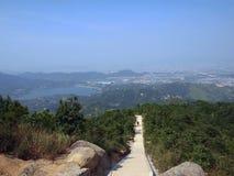 从山的顶端长的路对山的脚 能看到天空和盐水湖 免版税库存照片