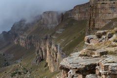 从山高原的边缘和云彩的看法在谷 库存图片