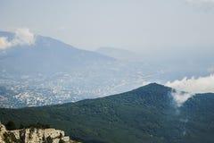 从山Ai陪替氏与云彩,克里米亚的看法 免版税库存照片
