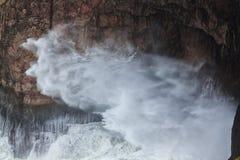 从岩石下面的浪花在风暴期间 萨格里什 免版税图库摄影