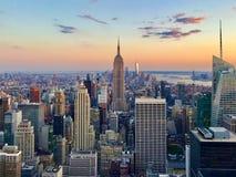 从岩石的上面的日落纽约鸟瞰图 库存照片