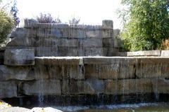 从岩石的水秋天 免版税库存照片