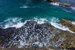 从岩石的美丽的海海浪水滴 免版税库存照片