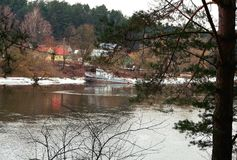 从岸的看法到一艘被放弃的船 库存照片
