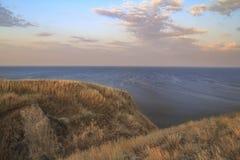 从峭壁的海早晨 免版税库存照片