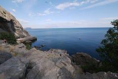从峭壁的看法到天空遇见海的美好的天际 免版税库存图片