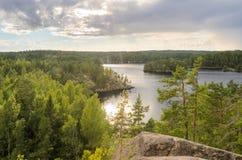 从峭壁的看法在森林和湖 免版税库存照片