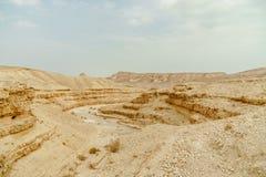 从峭壁的风景风景视图在干燥沙漠在以色列 免版税图库摄影