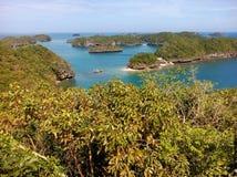 从州长` s海岛观察平台的看法在Hundreed海岛群岛,阿拉米诺斯, Philippinnes的北部 库存照片