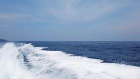 从巡航小船的波浪水表面、太阳光和天际上与蓝色海 影视素材