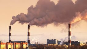 从工业和火电厂的空气污染在有投掷在天空的管子的城市烟 股票视频