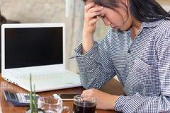 从工作和头疼疲倦的女实业家 免版税库存照片