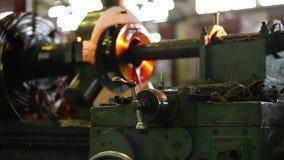 从工厂的录影 运转中大的车床 一家现代俄国工厂 股票录像