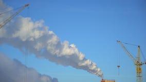 从工厂设备的大气污染 城市的背景的大植物 投掷在天空的管子烟 股票录像