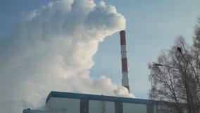 从工厂设备的烟在冬天 股票视频