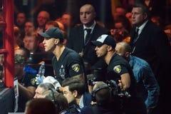 从左边,拳击手Mairis Briedis教练员的Sandis Kleins  库存图片